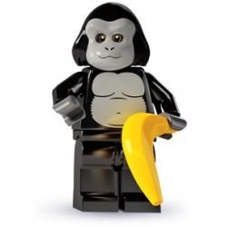 un homme déguisé en gorille